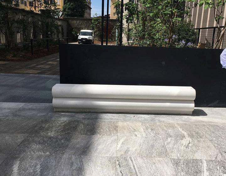 Seduta in cemento bianco